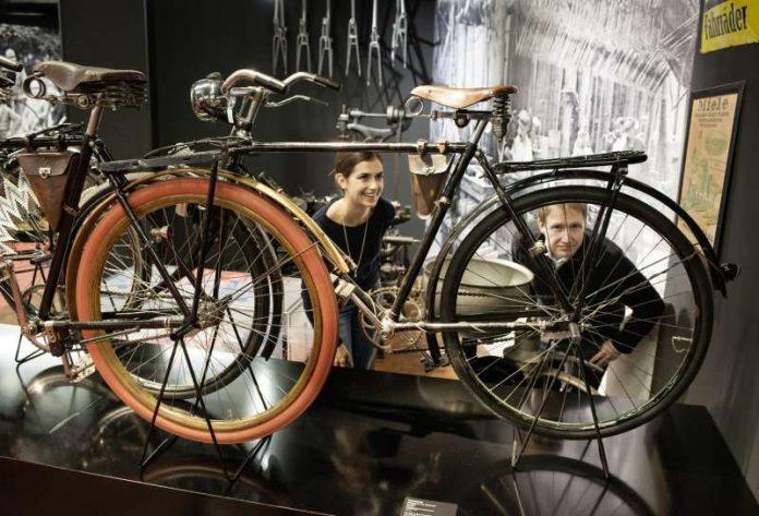 """Sonderausstellung """"2 Räder – 200 Jahre. Freiherr von Drais und die Geschichte des Fahrrades"""" (Foto: TECHNOSEUM)"""