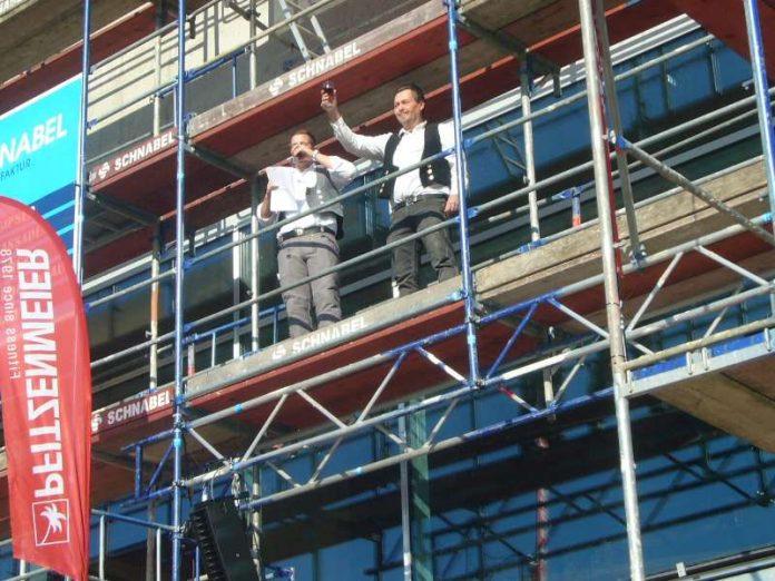 Bauleiter Max Kunkel (links) und Polier Uwe Boos sagten den traditionellen Richtspruch auf (Foto: Hannes Blank)
