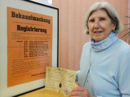 Elisabeth Stock hat dem Stadtarchiv eine Registrierungskarte ihrer Mutter Anna überlassen. Im Mai 1945 hatte die Militärregierung die Registrierung aller in Pirmasens anwesenden Personen angeordnet, um eine Verwaltungsstruktur in der zerbombten Siebenhügelstadt aufbauen zu können. (Foto: Zwick)
