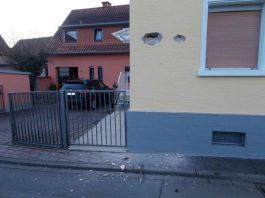 Zurück blieb eine beschädigte Hauswand (Foto: Polizei RLP)