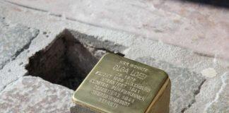 Stolpersteine erinnern an die Opfer des Nationalsozialismus und werden vor deren letzten frei gewählten Wohnorten in den Boden eingelassen – hier etwa vor dem Landauer Frank-Loebschen Haus in Erinnerung an Olga Loeb. (Foto: Stadt Landau in der Pfalz)