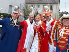 OB Peter Feldmann in Klaa Paris mit Dietmar Pontow, dem Prinzenpaar und Gerhard Boch (Foto: Bernd Kammerer)