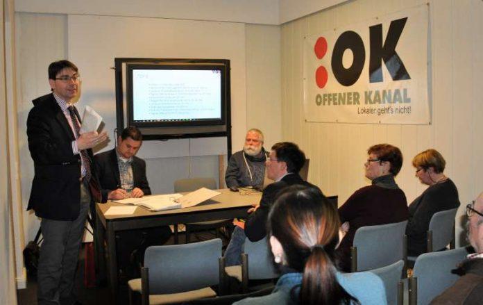Oberbürgermeister Thomas Hirsch (l.) nutzte die Jahresversammlung des Vereins Offener Kanal Landau, um sich bei den Aktiven des Bürgerfernsehens für deren ehrenamtliches Engagement zu bedanken. (Foto: Stadt Landau in der Pfalz)