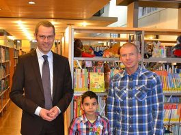 Bürgermeister und Kulturdezernent Dr. Maximilian Ingenthron (l.) überreichte dem jungen Gewinner Amil Kamel im Beisein seines Vaters Miroslaw Fritsche (r.) den Buchscheck und gratulierte ihm zu seinem Erfolg. (Foto: Stadt Landau in der Pfalz)