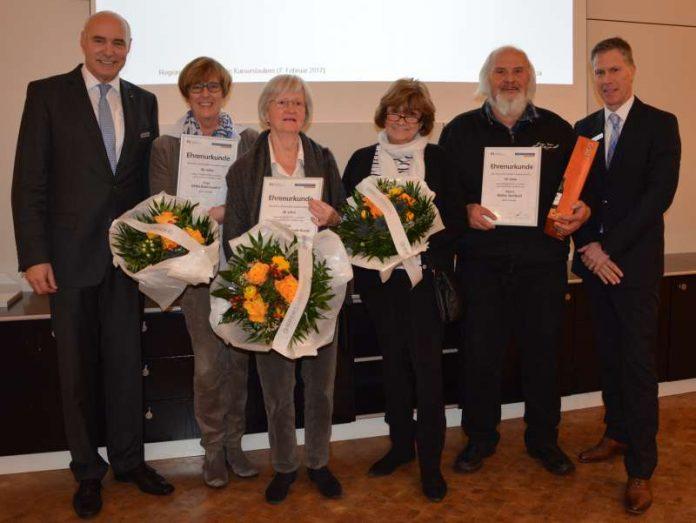 Die Jubilare mit den Bankvorständen Karl-Heinz Reidenbach und Alexander Kostal. (Foto: Volksbank)
