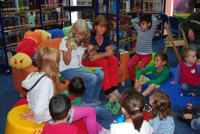 Samstagsvorlesen: Eine Stunde lang wird zusammen gelesen, gemalt, gesungen oder gebastelt. (Foto: Stadtverwaltung)