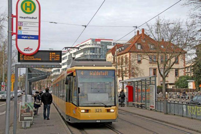 """Die Trambahnen der Linie 4 geben ab morgen auf ihren Matrix-Anzeigen bei Fahrten zur Europäischen Schule wieder die """"Waldstadt"""" als Fahrziel an (Foto: VBK)"""
