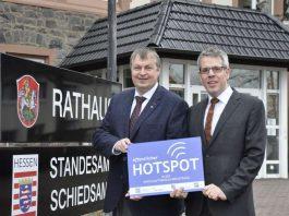 Landrat Christian Engelhardt (r.) überreichte Förderbescheid zur Installierung von WLAN-Hotspots in Bensheim (Foto: Kreis Bergstraße)