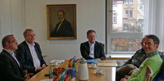 Dr. Albrecht Schütte MdL im Gespräch mit Vertretern der Musikschule Eberbach (Foto: Stadtverwaltung)