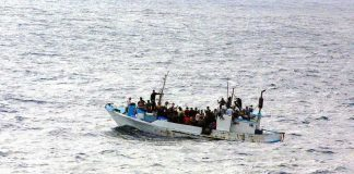 Flüchtlinge versuchen mit einem Boot Europa zu erreichen