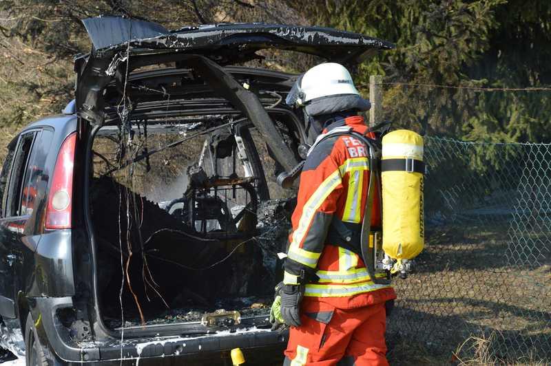 PKW im Vollbrand - Feuerwehr im Einsatz