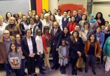 In Deutschland Zu Hause – nun auch mit deutschem Pass: Menschen aus der ganzen Welt feierten ihre Einbürgerung gemeinsam mit Landrat Dr. Christoph Schnaudigel (1. Reihe Mitte) (Foto: Joerg Donecker)