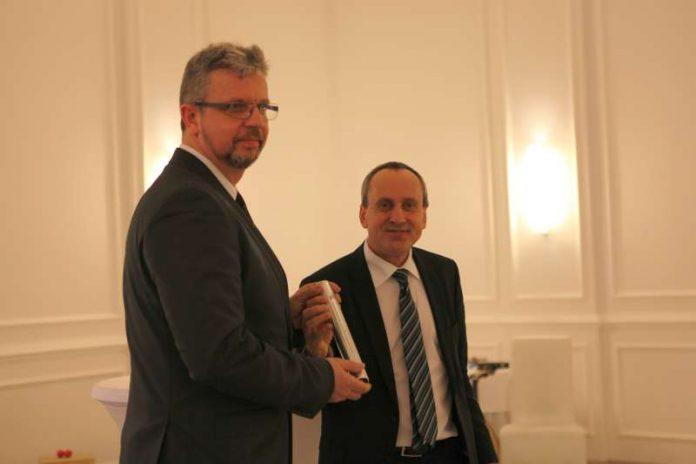 Wissenschaftsminister Konrad Wolf übergibt den Staffelstab an seinen Nachfolger im Amt des Präsidenten der Hochschule Kaiserslautern an Prof. Dr. Hans-Joachim Schmidt (Foto: HSKL)