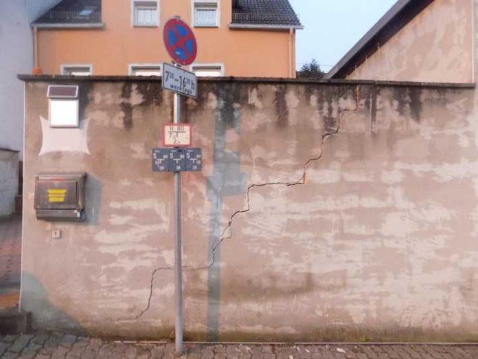 Beschädigte Mauer in Rieschweiler-Mühlbach