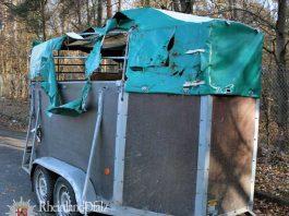 Der Pkw-Anhänger geriet während der Fahrt außer Kontrolle und kippte um. Dabei wurde er beschädigt.