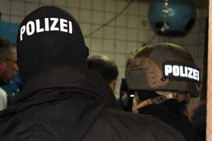 Spezialeinsatzkräfte (Archivbild) bei einer Durchsuchung.