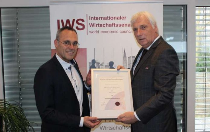 """Dr. Rudolf Irmscher (links) und Peter Nußbaum bei der Urkundenübergabe zum """"Senator of International Economics"""". (Foto: Stadtwerke)"""