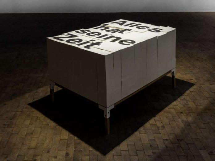 """Installation """"Alles hat seine Zeit"""" mit Texten von Ellen Wesemüller. Die Wendung """"Alles hat seine Zeit"""" ist auf das Prediger-Buch der Bibel zurückzuführen. Das indogermanische Verb, von dem sich das Wort """"Zeit"""" herleitet, bedeutet """"zerteilen"""" oder """"zerreißen"""". In der Ausstellung """"Aufs Maul geschaut. Mit Luther in die Welt der Wörter"""" können sich die Besucher Textfragmente, verfasst von der Schriftstellerin Ellen Wesemüller, von einem Block reißen. (Foto: studio pw.)"""