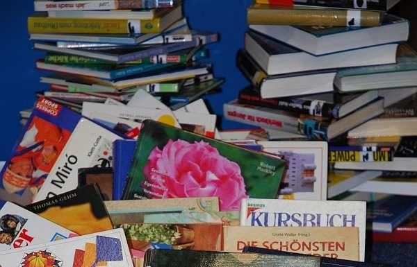 Umgestürzter Bücherturm (Foto: Stadtverwaltung)
