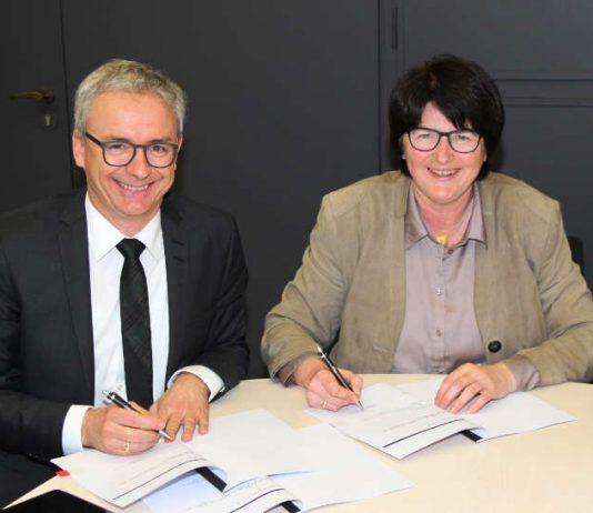 Landrat Dr. Christoph Schnaudigel und Oberbürgermeisterin Cornelia Petzold-Schick unterzeichneten den Beitritt der Stadt Bruchsal zur behördeneinheitlichen Rufnummer 115. (Foto: Landratsamt)