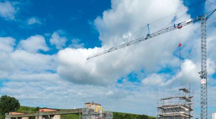 Am Wehr Horkheim wird ein neuer Wehrverschluss eingehoben (Foto: Amt für Neckarausbau Heidelberg)