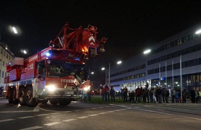 Unter dem Applaus der Zuschauer kommen die Fahrzeuge an der neuen Hauptfeuerwache an (Foto: Stadt Mannheim)