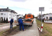 Arbeiter bauen die zerstörte Absperrung auf dem Deich wieder auf. (Foto: RP DA)