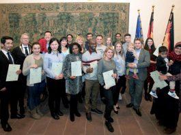 Die frisch gebackenen deutschen Staatsbürger mit dem OB gestern im Pfalzgrafensaal. (Foto: Isabelle Girard de Soucanton)