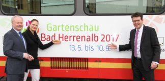v.l.: Bad Herrenalbs Bürgermeister Norbert Mai, Gartenschau- Geschäftsführerin Sabine Zenker und Geschäftsführer des Karlsruher Verkehrsverbunds Dr. Alexander Pischon präsentieren die neue Gartenschau-Bahn. (Gartenschau Bad Herrenalb 2017)