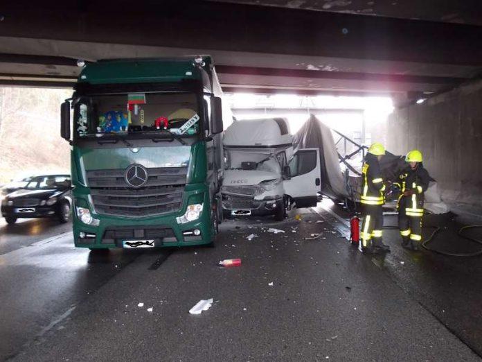 Beteiligte waren ein Sattelzug, ein Kleintransporter und zwei PKW (Foto: Feuerwehr Frankfurt)