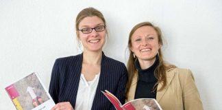 """Das Handbuch """"Frau und Karriere"""" gibt es jetzt auch in Papierform: Marie-Luise Löffler (links) und Eugenia Bösherz vom Amt für Chancengleichheit der Stadt Heidelberg präsentieren die Broschüre. (Foto: Philipp Rothe)"""