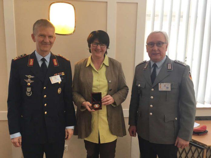 Generalleutnant Martin Schelleis, Oberbürgermeisterin Petzold-Schick, Oberst Henry Neumann beim Empfang im Rathaus (von links nach rechts). (Foto: Stadt Bruchsal)