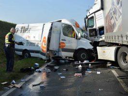 Für den Fahrer des Kleintransporters kam jede Hilfe zu spät