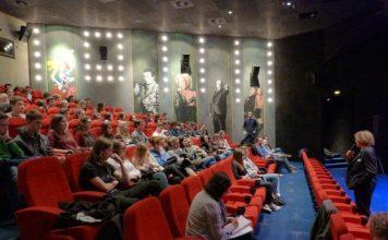 Prof. Jeanine Meerapfel stand den Schülern aus Bruchsaler Gymnasien Rede und Antwort. (Foto: Stadt Bruchsal)