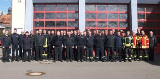 Frohe Gesichter nach drei Tagen anspruchsvoller Ausbildung: 31 neue Gerätewarte vor dem Feuerwehrgerätehaus in Mosbach. (Foto: Landratsamt)