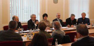 Landrat Dr. Christoph Schnaudigel im Gespräch mit Bruchsaler Stadträtinnen und Stadträten. (Foto: Landratsamt)