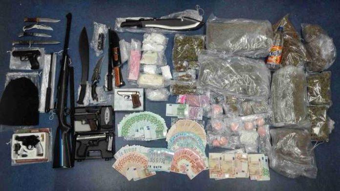 Foto der sichergestellten Drogen und Waffen nebst Bargeld
