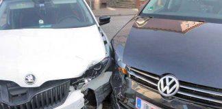 Die beiden Pkw kamen sich auf der Ampel-Kreuzung in die Quere. Vermutlich hatte der VW-Fahrer das Rotlicht missachtet.