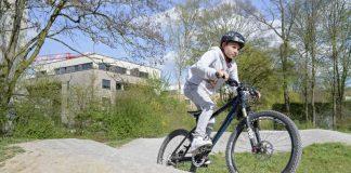 Hier kommen junge BMX- und Mountainbike-Fans auf ihre Kosten: Im Spielplatz Erlenweg gibt es jetzt eine neue Pumptrack-Strecke, die für viel Spaß sorgt und den ganzen Körper trainiert. (Foto: Philipp Rothe)