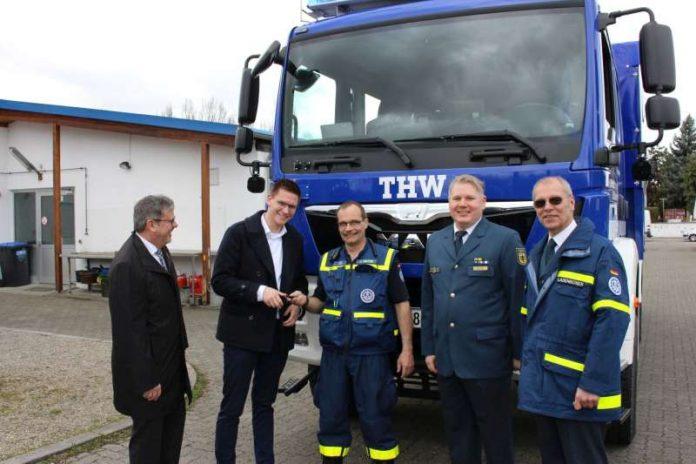 Ein Mannschaftslastwagen wurde ans THW Speyer übergeben (Foto: THW)