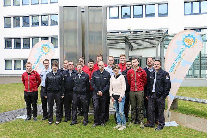 Gruppenbild der Jugendbetreuer vor der THW-Leitung in Bonn (Foto: THW)