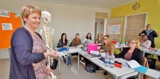 Das Foto aus einem der neuen Unterrichtsräume zeigt Akademieleiterin Gudrun Statz erklärend vor einem der Kurse. (Foto: Kreiskrankenhaus Bergstraße (KKB) / Thomas J. Zelinger)