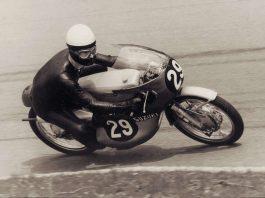 Der dreifache Motorrad-Weltmeister Hans-Georg Anscheidt gibt am Samstag auf der Veterama Autogramme