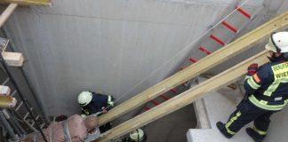 Der Verletzte wird gerettet (Foto: Feuerwehr)