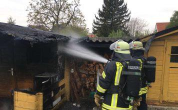 In der Fliederstraße war eine Gartenhütte in Brand geraten (Foto: Ralf Mittelbach)