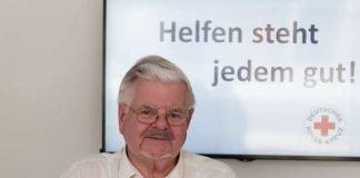 Hans Kleebauer berät beim Deutschen Roten Kreuz Interessierte über Möglichkeiten des ehrenamtlichen Engagements. (Foto: Stadt Karlsruhe/Amt für Stadtentwicklung)