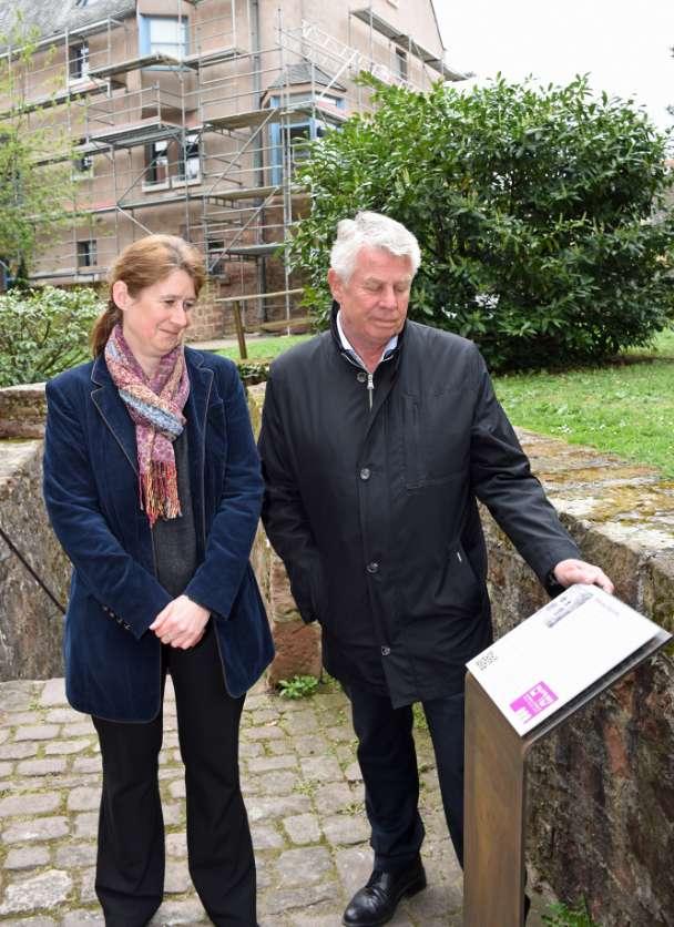 OB Michael Kissel und Dr. Susanne Urban enthüllen die Stele, die via QR-Code Besuchern virtuelle Einblicke in die geschlossene Mikwe ermöglicht. (Foto: Stadtverwaltung Worms)