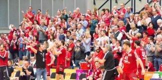 """TSG-ChefcoachBenMatschke auf Du undDu mit denEulen-Fans: """"Das war geil, was ihr da heute abgeliefert habt."""" (Foto: Harry Reis)"""
