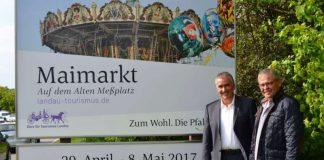 Beigeordneter und Tourismusdezernent Rudi Klemm und Franz Müller, Geschäftsführer des Büros für Tourismus der Stadt Landau, vor der neuen Stadtbegrüßungstafel an der östlichen Stadteinfahrt in Höhe des Media Markts. (Foto: Stadt Landau in der Pfalz)