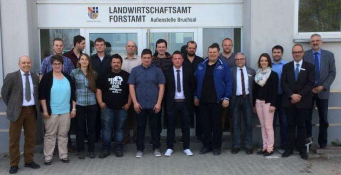 Zu ihrem erfolgreichen Abschluss gratulierten Schulleiter Dr. Ulrich Kraft (Erster von links), Dezernent Prof. Dr. Jörg Menzel (Fünfter von rechts) und Bildungsreferent Hermann Rechner (Erster von rechts) den 13 staatlich geprüften Wirtschaftern für Landwirtschaft. (Foto: Landratsamt Karlsruhe)